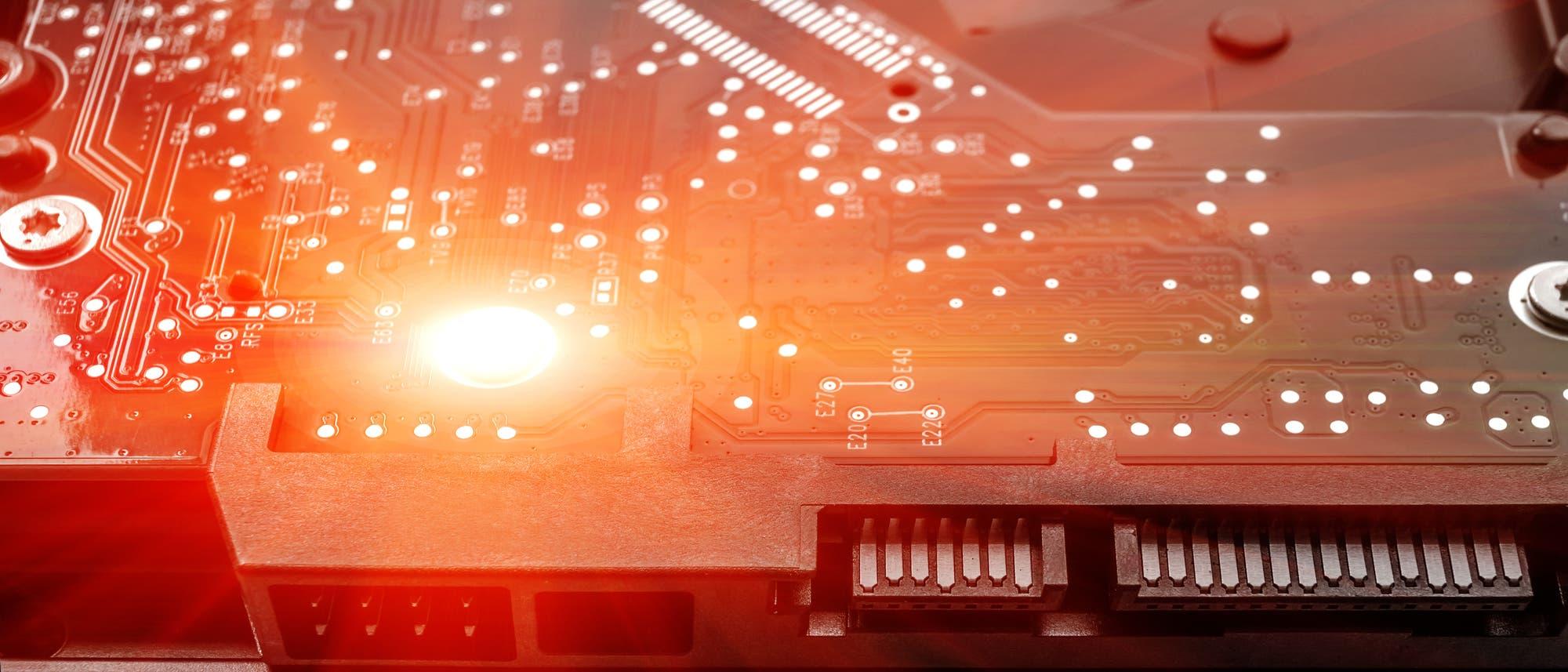 Computerfestplatte mit rotem Licht