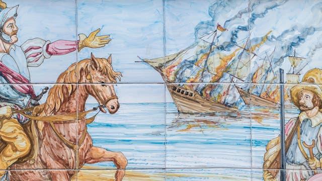 Ein Kachelgemälde zeigt, wie Hernán Cortés seine Flotte bei der Ankunft in Mexiko versenkt.