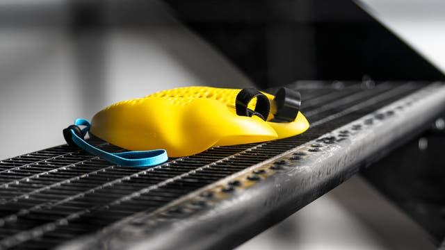 Gelbe Plastikgegenstände mit Schlaufen.