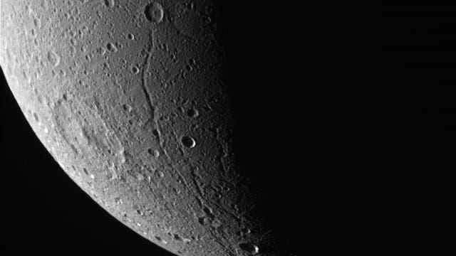 Dione im Blick von Cassini