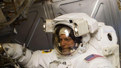 Astronaut Clayton Anderson bei der Arbeit