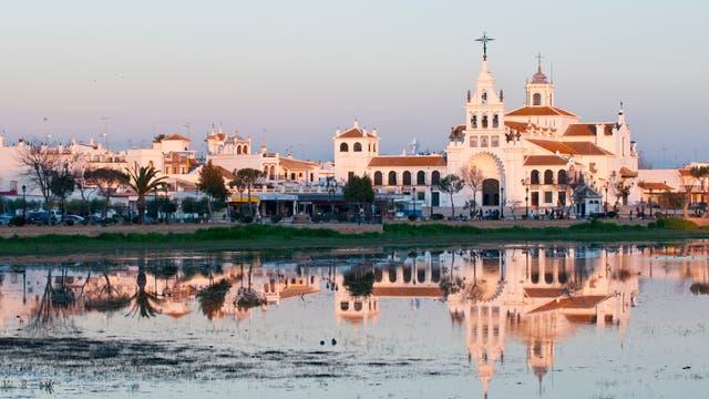 Wallfahrtskirche vor Feuchtgebiet in El Rocio am Rande des Doñana-Nationalparks