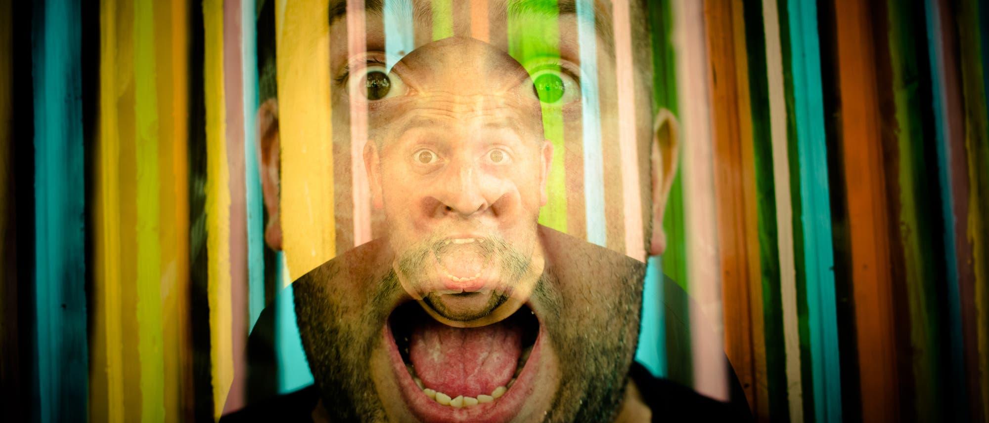 Das Gesicht eines schreienden Mannes überlagert von bunten Streifen.