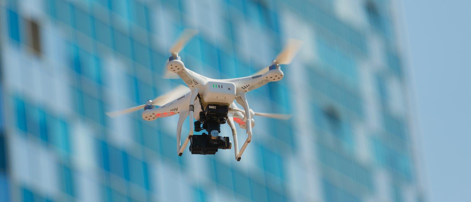 Drohne vor Gebäude