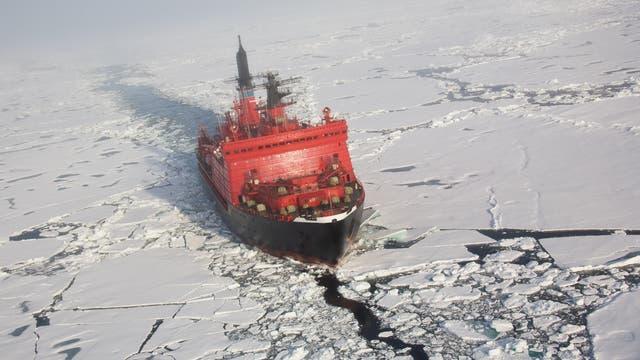 Russischer Eisbrecher durchkreuzt die Arktis