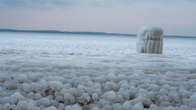 Eiskugeln am Strand (Symbolbild)