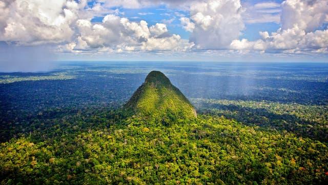 Der Vulkankegel El Cono im peruanischen Regenwald