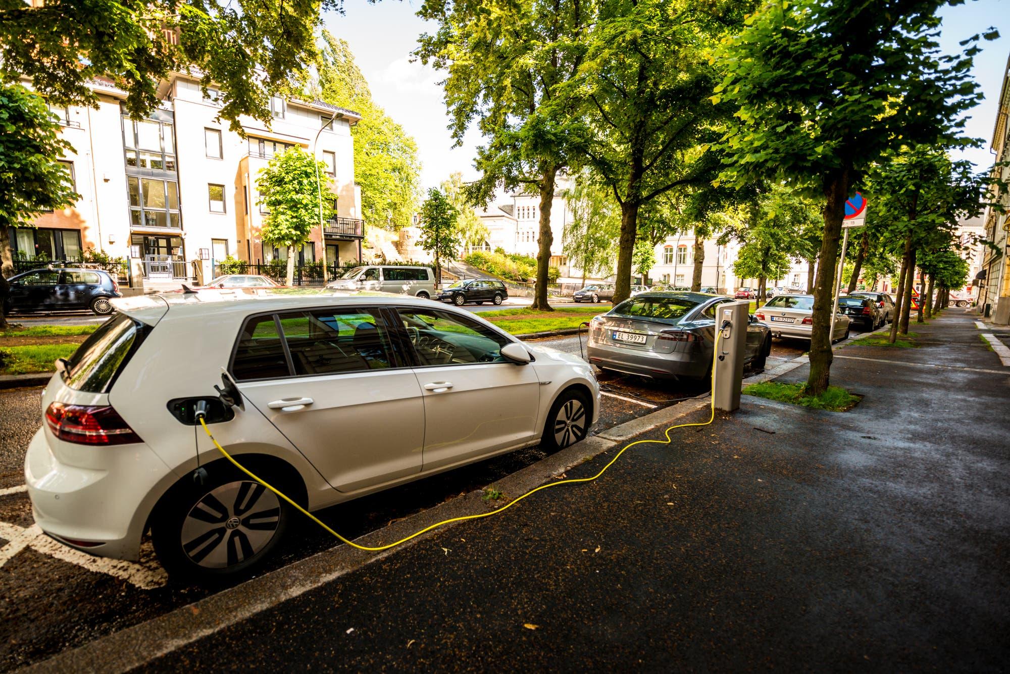 Elektroauto am Straßenrand in Oslo