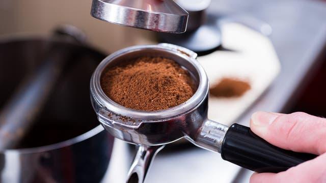 Kaffeemehl im Sieb einer Espressomaschine