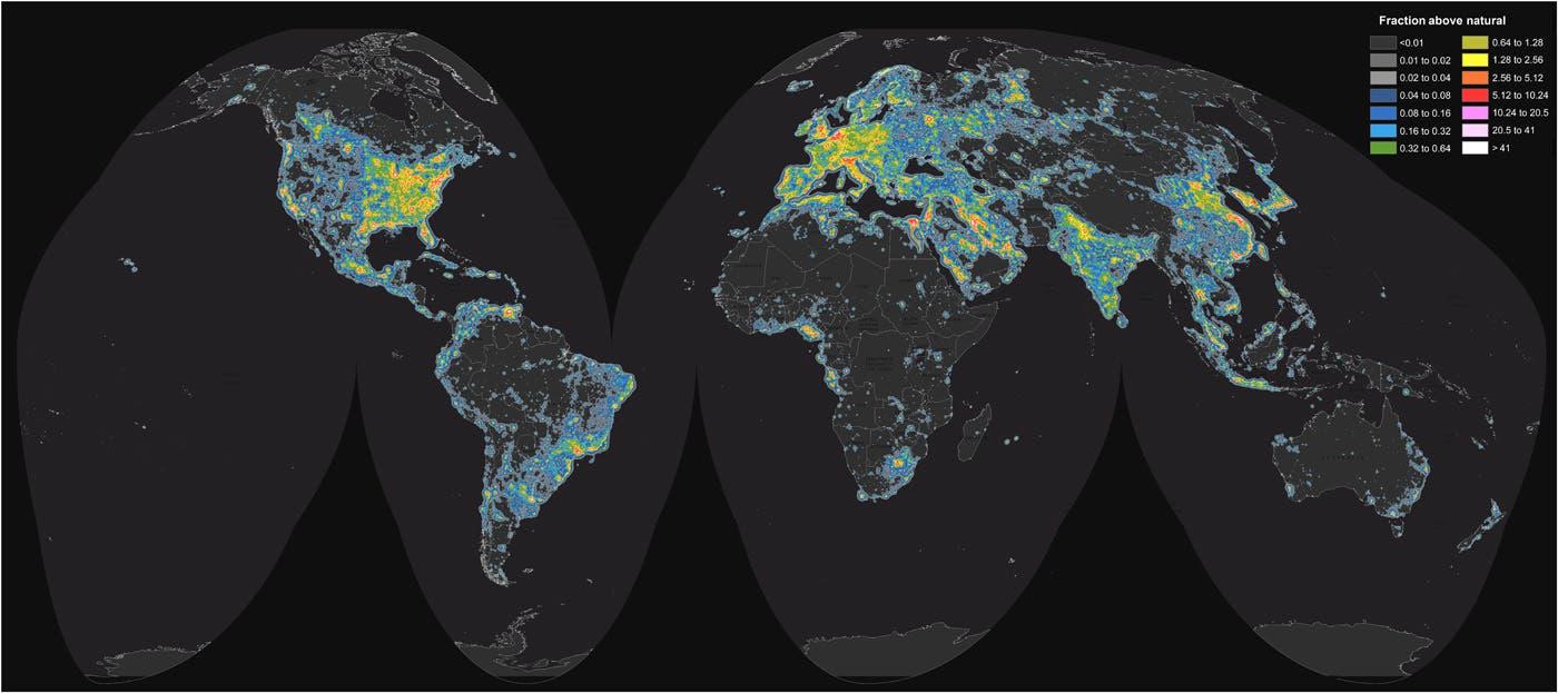 Dicht besiedelte und wohlhabende Regionen sind am stärksten vom Lichtsmog betroffen, während weite Teile Afrikas und Australiens Inneres noch sehr dunkel sind. Ein Drittel der Menschheit sieht die Milchstraße praktisch nicht mehr.