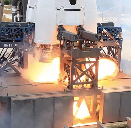 Flammen am Heck von Falcon 9