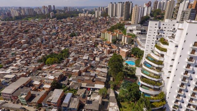 In den Riesenstädten der Schwellenländer – hier São Paulo (Brasilien) – existieren krasse Armut und verschwenderischer Reichtum Tür an Tür.