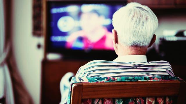 Senior schaut fern