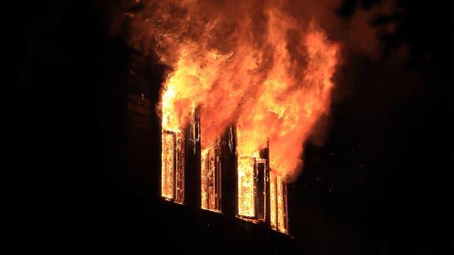 Flammen schlagen aus den Fenstern (Symbolbild)