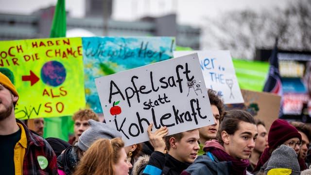 """Teilnehmer der Demonstration """"Fridays for Future"""" in Hamburg"""