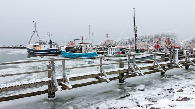 Fischerboote im vereisten Hafen