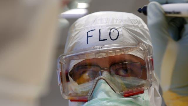 Der Arzt Florian Steiner in Schutzkleidung