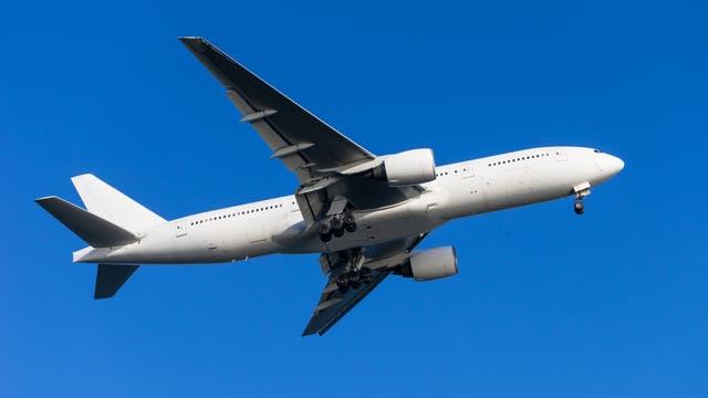 Boeing 777 im Flug, ohne Markierungen