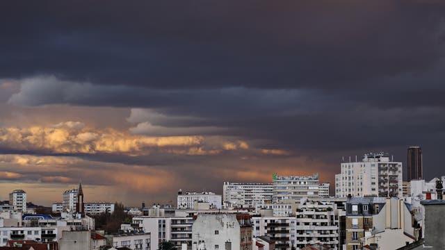 Banlieue vor Paris mit gewittrigem Himmel im Hintergrund