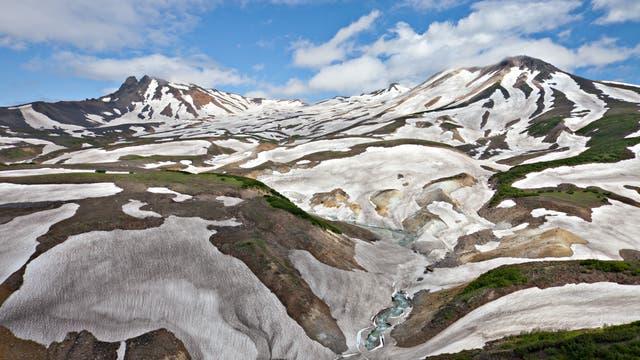 Blick über das öde Tal auf den Vulkan Kichpinych