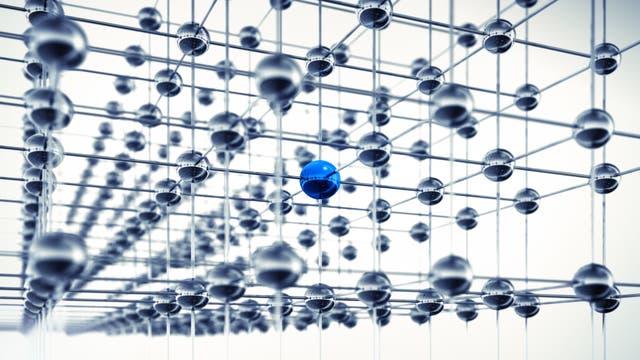 Silbern glänzende Kugeln, eine davon blau, in einem kubisch-primitiven Gitter