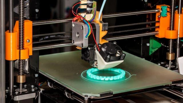 3-D-Drucker druckt ein Armband aus Plastikgliedern