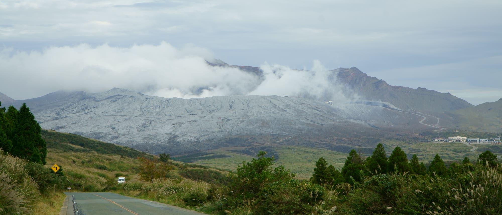 Ein junger, recht großer Vulkan aus dunklem Auswurf in grüner japanischer Landschaft
