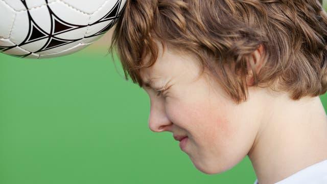 Ein junger Nachwuchsfußballer beim Kopfball