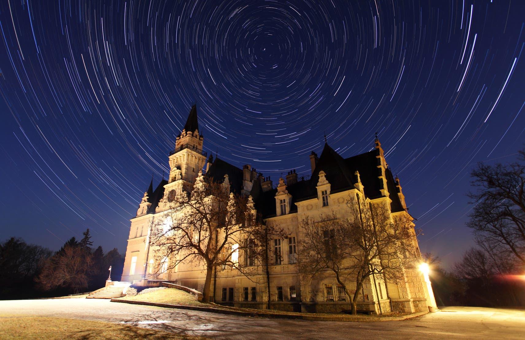 Sternenspuren über slowakischem Schloss