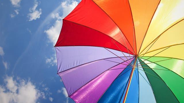 Ein bunter Sonnenschirm