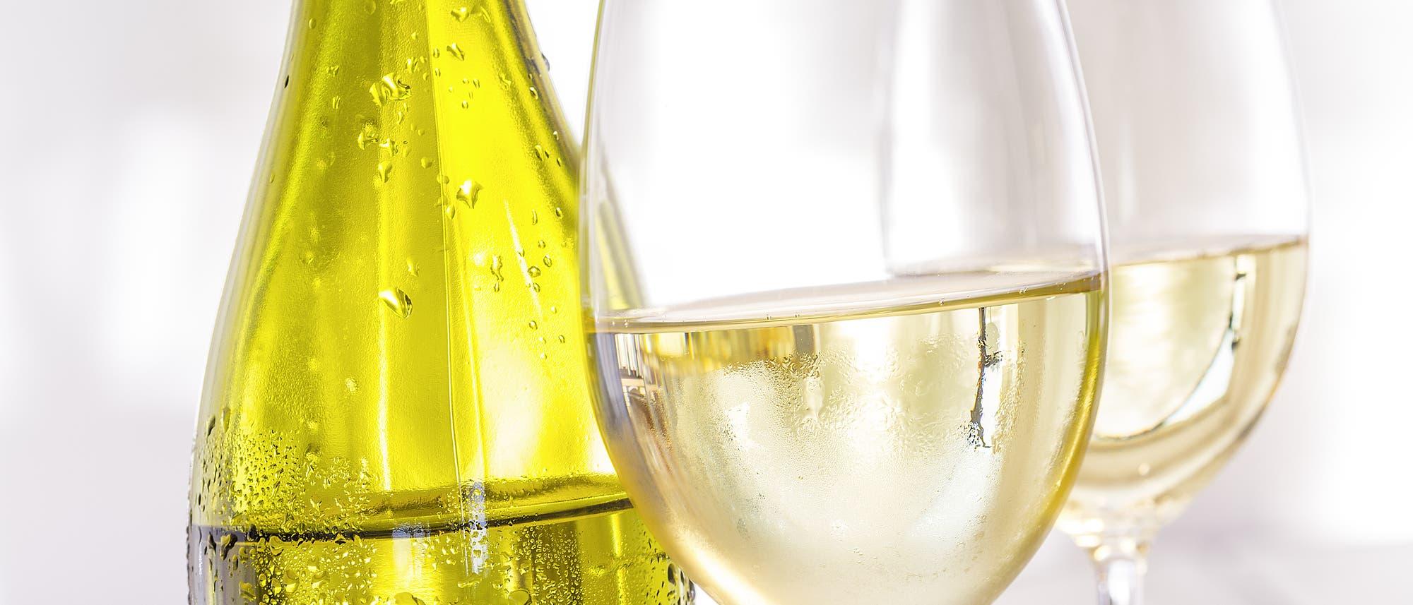 Weißwein in der Flasche und in zwei Gläsern, Nahaufnahme