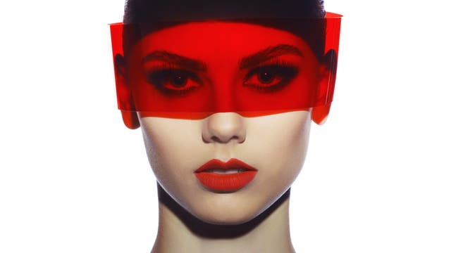 Frau mit rotem Visier