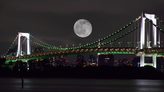 Mond über Tokio