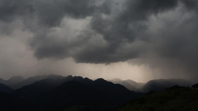 Düsteres Gebirgspanorama mit Wolken und Regen