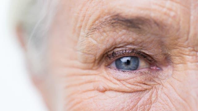 Auge und Teil des Gesichts einer älteren Frau