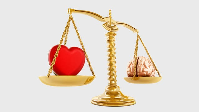 Herz und Hirn auf einer Goldwaage