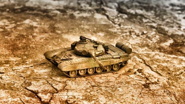 Panzer auf ausgetrocknetem Boden