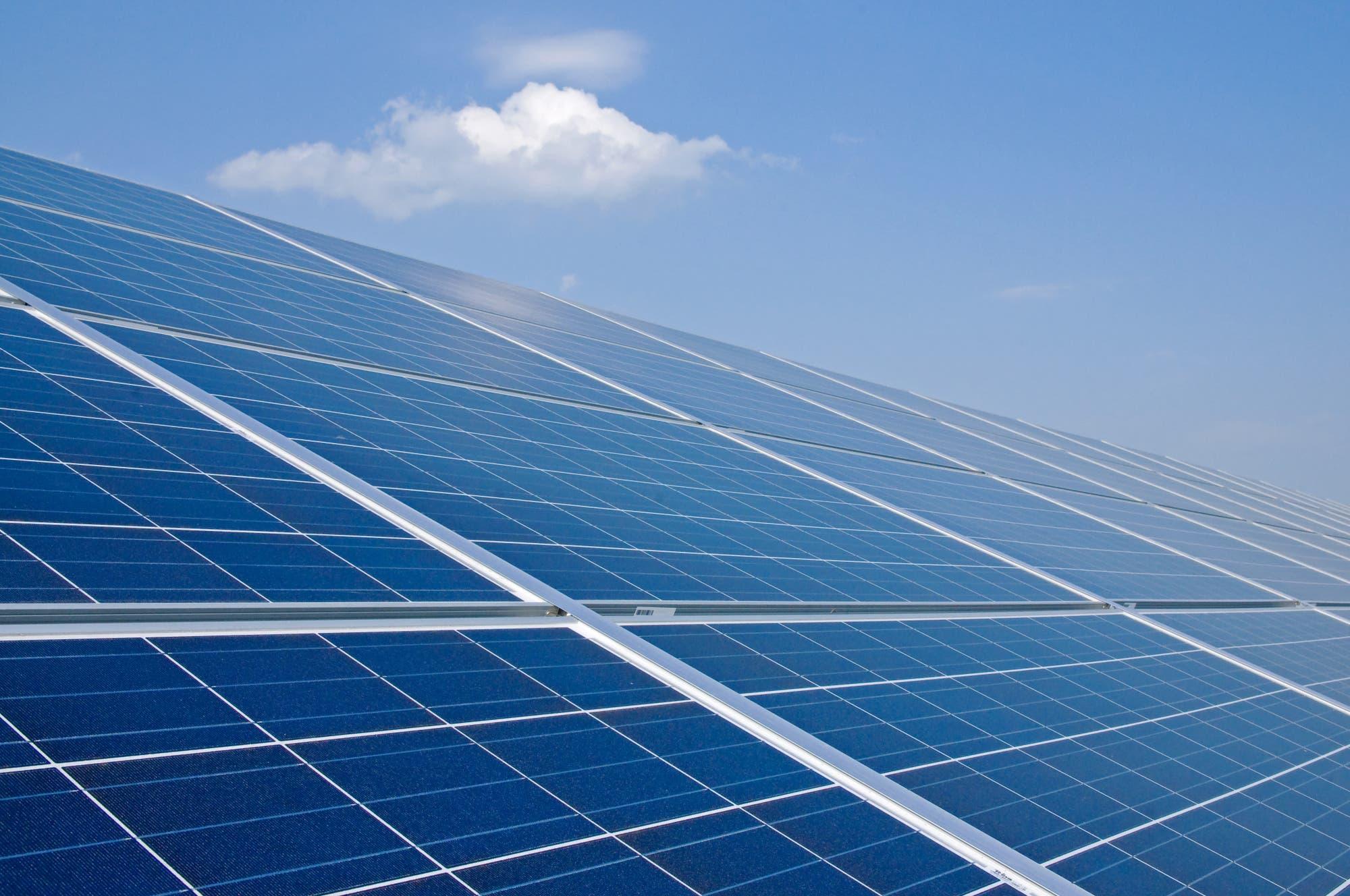 Solarzellen vor blauem Himmel