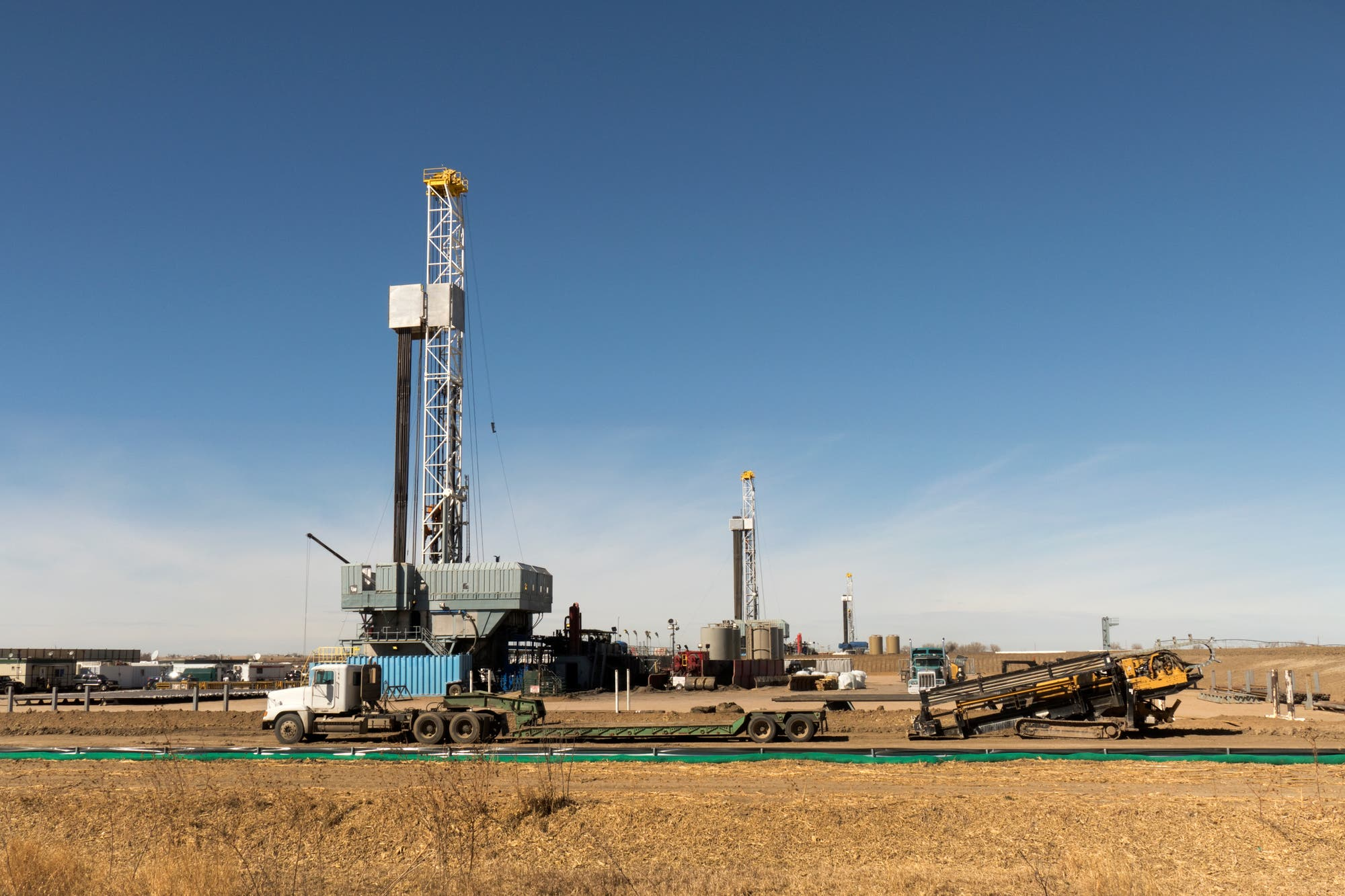 Bohrtürme auf einem Gasfeld in den USA