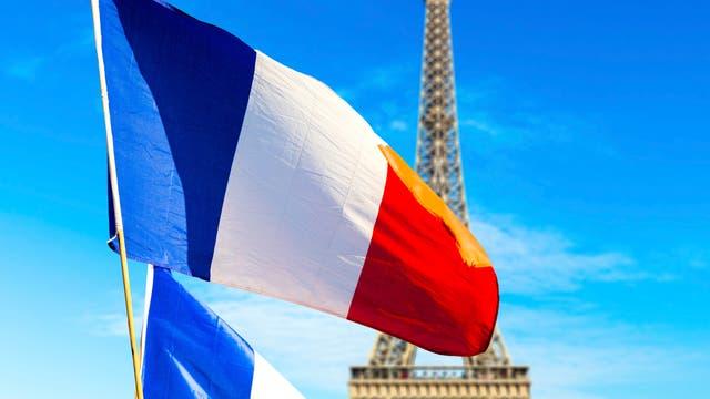 Französische Flaggen vor dem Eiffelturm