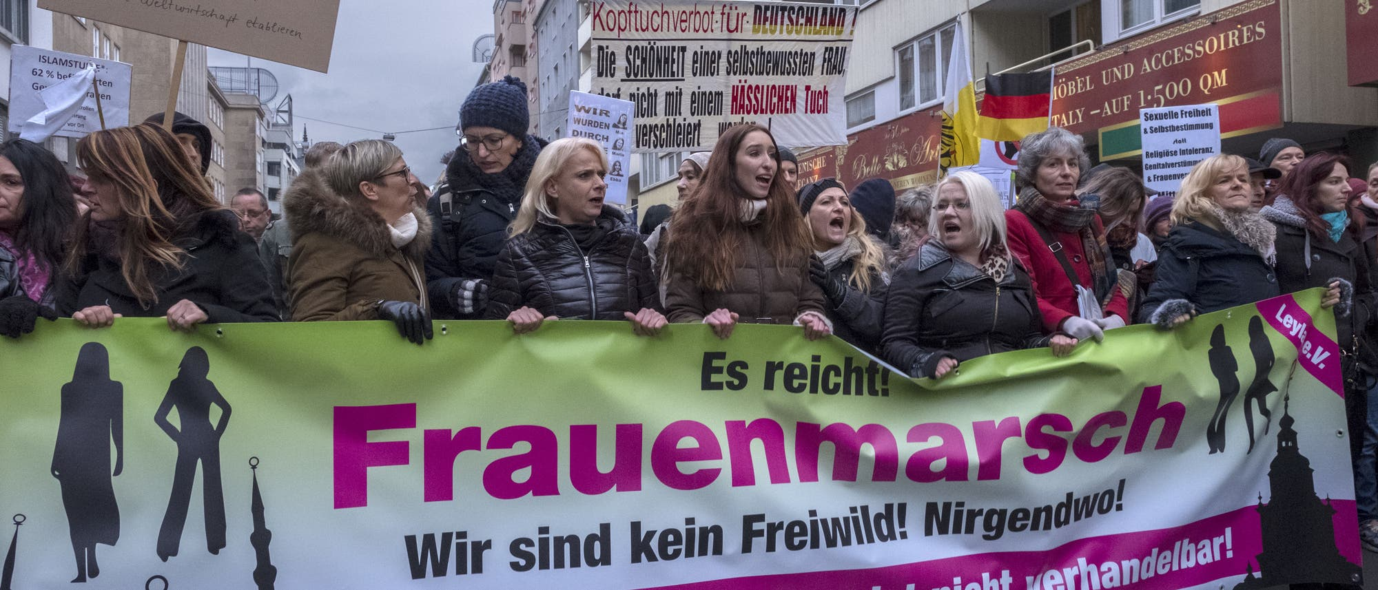 Teilnehmer am so genannten Frauenmarsch rechtspopulistischer Gruppierungen am 17.02.2018