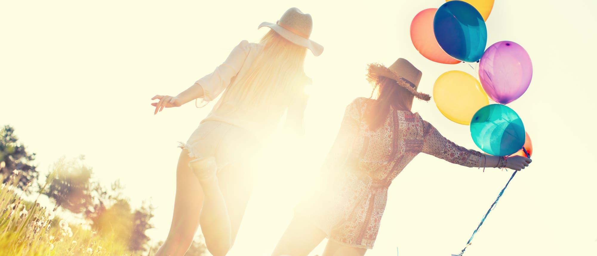 Zwei Freundinnen mit Luftballons