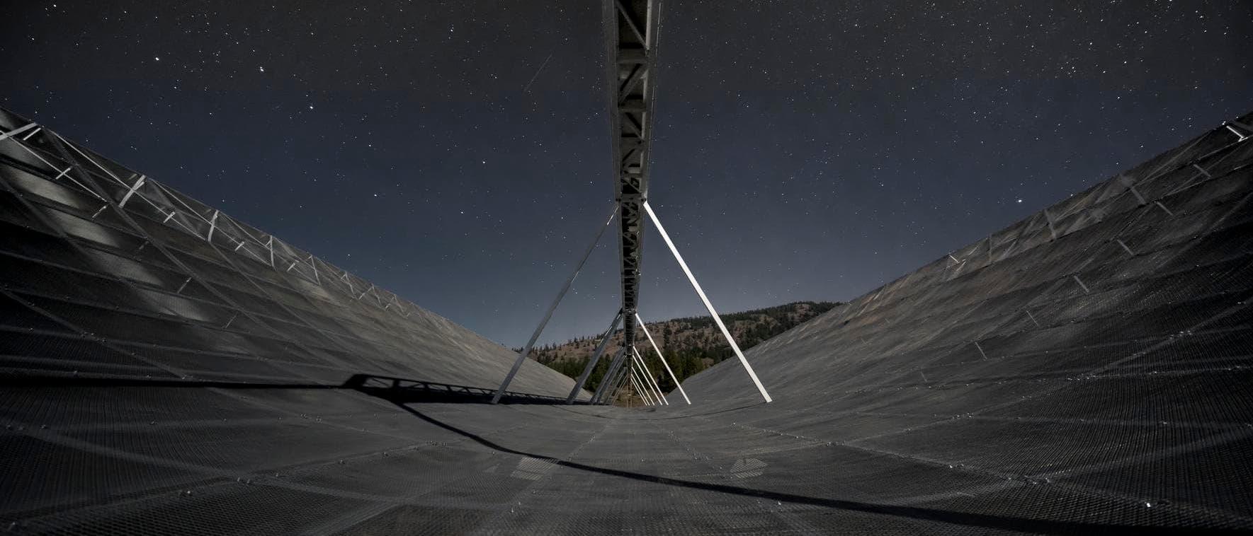 Das Radioteleskop CHIME hat in seinem ersten Betriebsjahr 535 schnelle Radioblitze entdeckt.