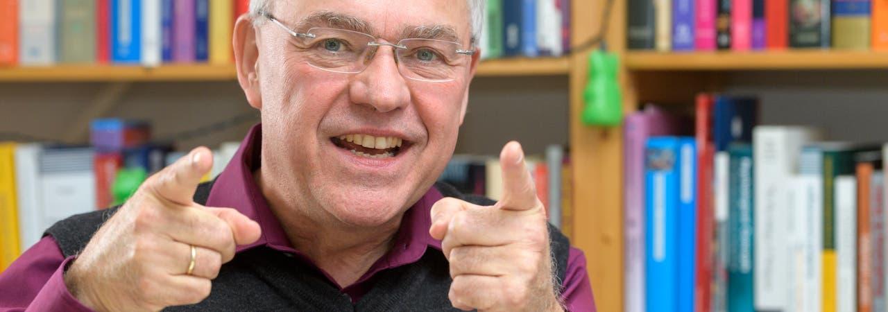 Joachim Funke wurde 1953 in Düsseldorf geboren und studierte Philosophie, Germanistik und Psychologie in Düsseldorf, Basel  und Trier. Seit 1997 ist er Professor für Allgemeine und Theoretische Psychologie an der Universität Heidelberg. Sein Forschungsschwerpunkt liegt auf dem problemlösenden Denken.