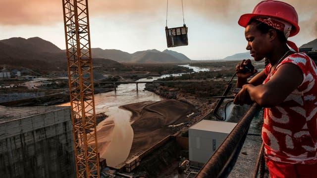 Die Bürger des Landes, deren Steuern den größten Teil der fast fünf Milliarden US-Dollar für den Damm bezahlt haben, erwarten elektrische Energie, einen Aufschwung für die Industrie und neue Arbeitsplätze.