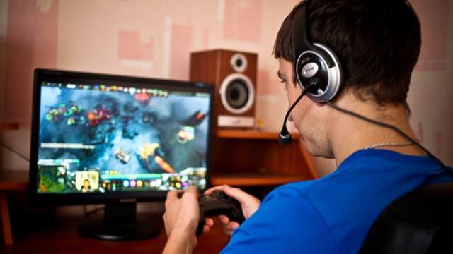 Mann spielt Computerspiel mit Kopfhörer