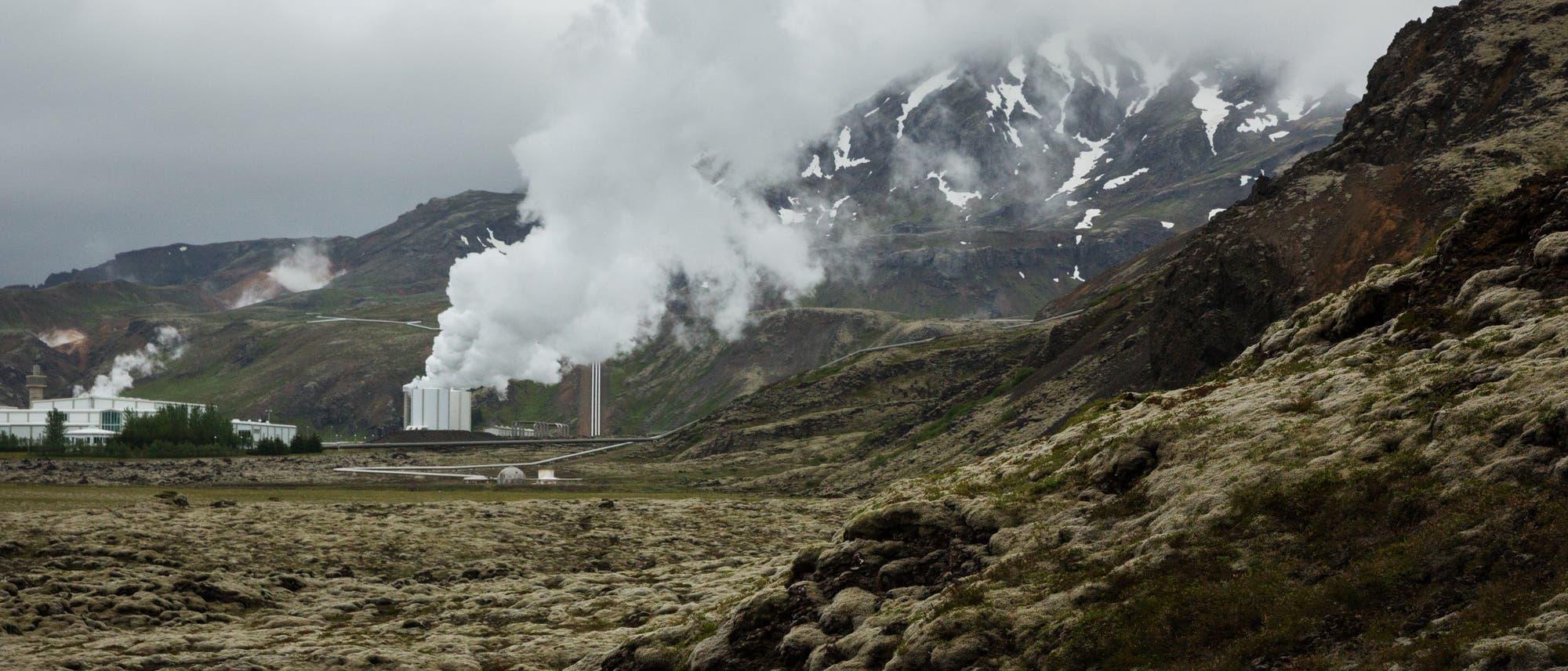 Isländische Landschaft mit dampfendem Erdwärmekraftwerk im Zentrum