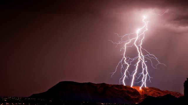 Ein Blitz entlädt sich über Utah während eines Unwetters.