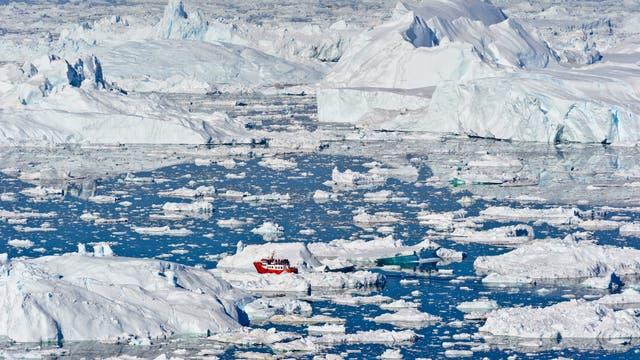 Grönländischer Gletscher mit Eisbergen im Meer