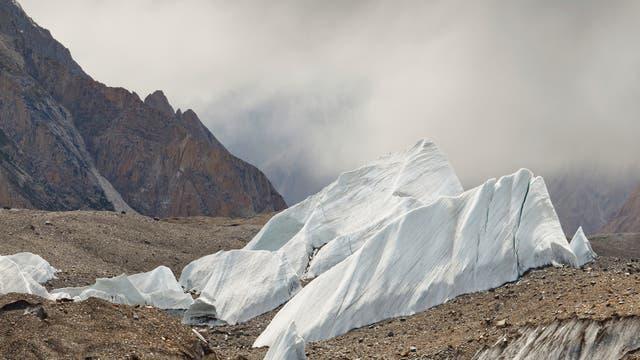 Eissegel auf dem Baltoro-Gletscher im Karakorum